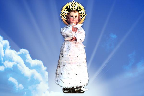 Imagen del santo niño de las palomitas sosteniendo a 2 palomas junto a su pecho | Santo Niño Jesús de las palomitas