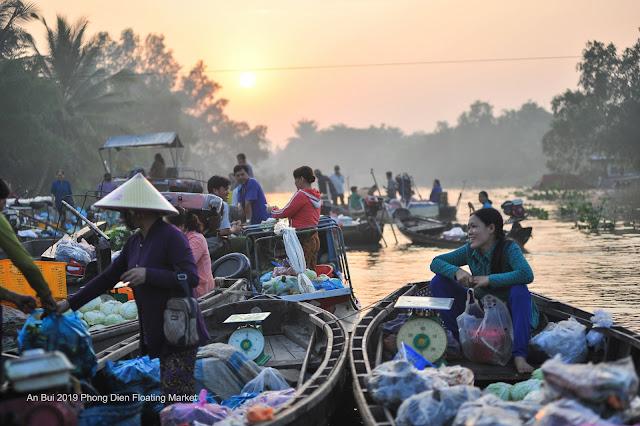 Chào ngày mới tại chợ nổi Phong Điền