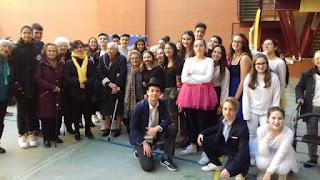 Garns i joves actors en grup al pati de l'escola