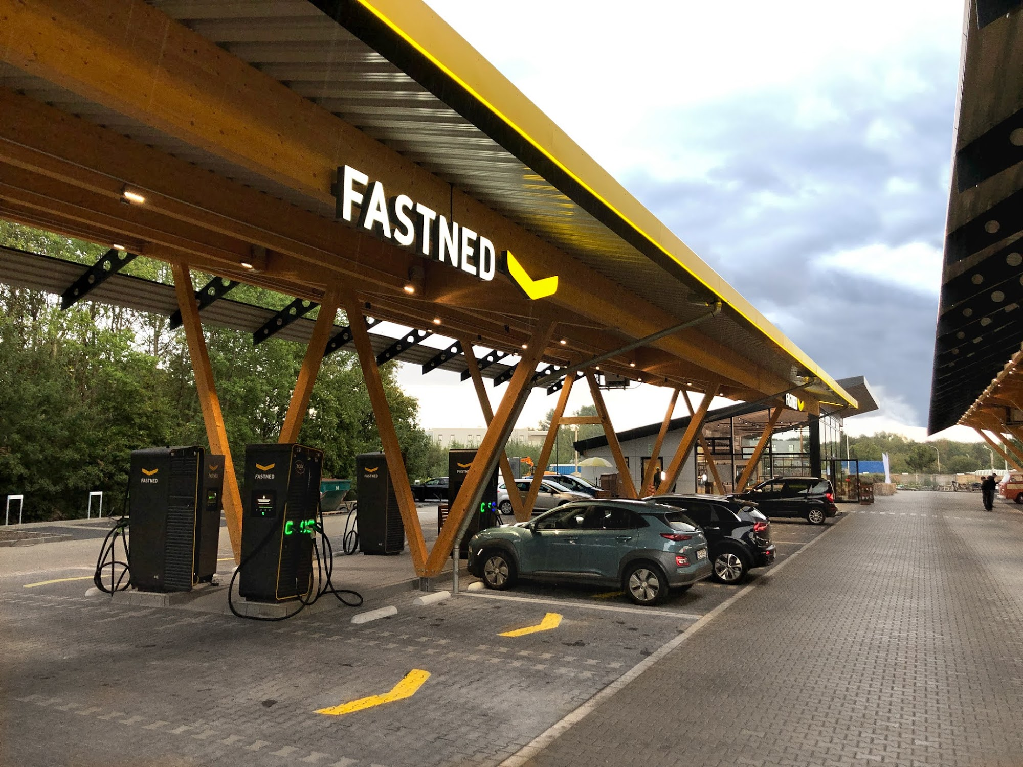 Fastned und Tesla eröffnen heute Deutschlands größten Schnellladepark in Hilden