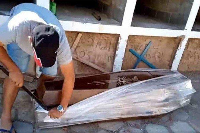 Vereador abre caixão com 'facãozaço' para provar que homem não morreu de Covid-19
