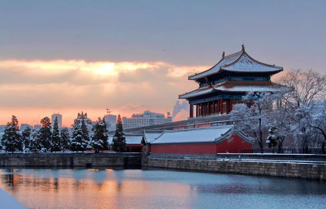 Từ cuối tháng 11 đến nay, Bắc Kinh đón hai đợt tuyết mùa đông. Bên cạnh những bất tiện trong giao thông, sinh hoạt, thành phố thủ đô được bao phủ bởi màn tuyết như xứ thần tiên khiến người dân và du khách thích thú.