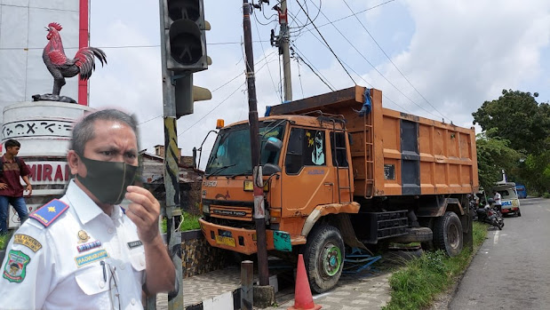 Diduga Rem Blong, Truk Senggol Gojek Hingga Tabrak Box Control Trafick Light