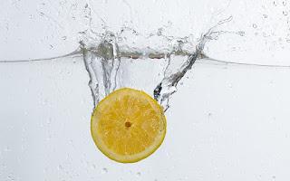 Bebida de limón y agua para limpiar