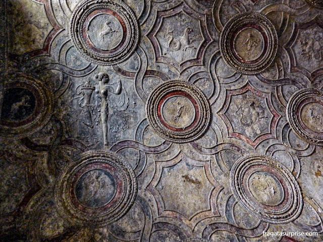 Decoração do teto de uma das salas das Termas de Estábia, em Pompeia