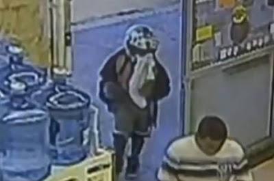 Garoto de 8 anos pega a arma da mãe e sai para assaltar loja. Veja o vídeo