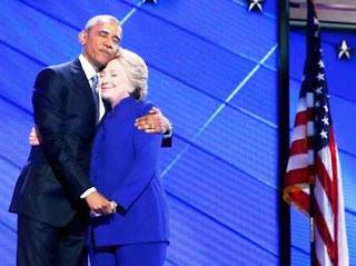 Clinton apareció de forma inesperada mientras Obama recibía los aplausos de los asistentes tras una poderosa intervención en la que pidió a los estadounidenses que guiaran a Clinton en su andadura como lo han hecho con él en los últimos ocho años.