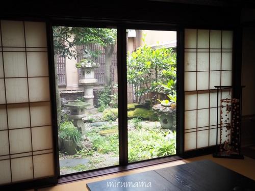 窓からの中庭