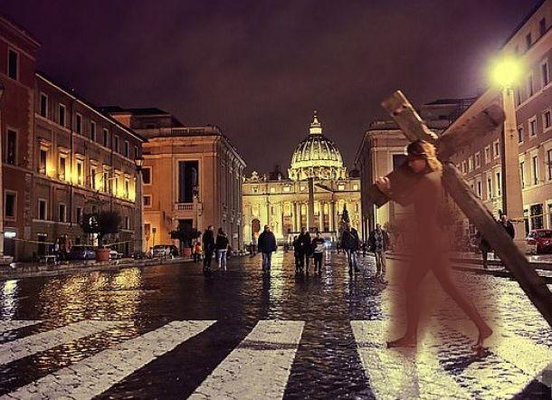 Pose Tanpa Busana Sambil Pikul Salib di Vatikan, Model Cantik Ini Ditangkap