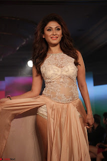 Manjari Phadnis Walks the Ramp At Designer Nidhi Munim Summer Collection Fashion Week (13).JPG