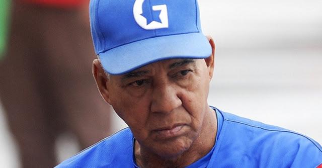 El manager Carlos Martí es una mezcla del resignado, del hombre que todo soporta y se aferra a seguir así con el oportunista, el que llega al poder y se acomoda
