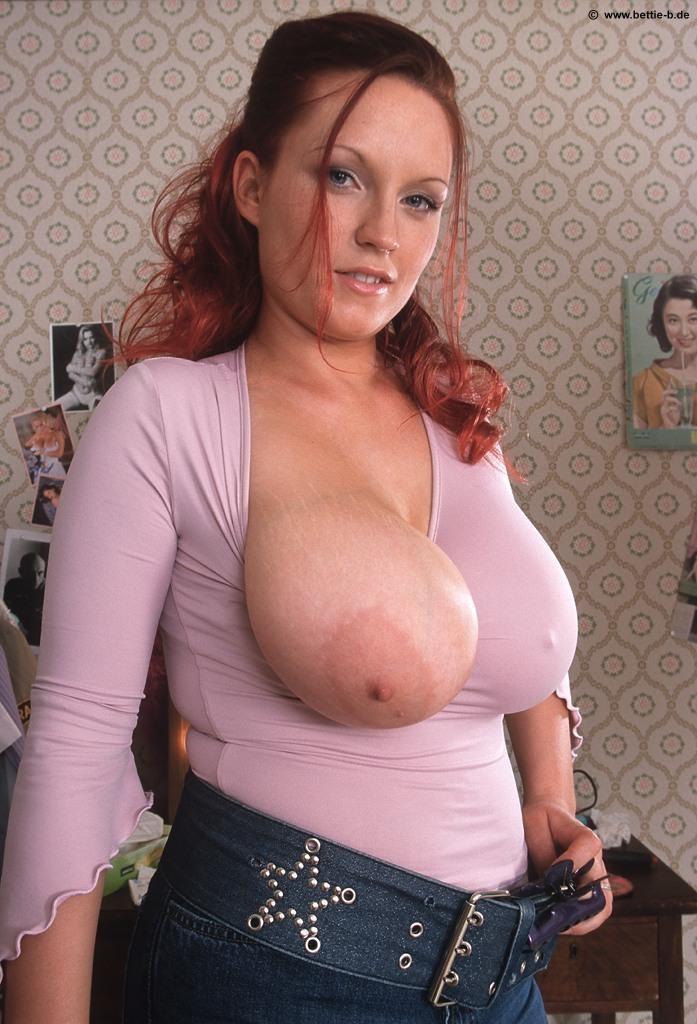 Огромная грудь вываливается из лифчика