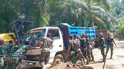 Satukan Tenaga, Satgas TMMD Kodim 0204/DS Evakuasi Truk Material Terjebak Lumpur Bangun