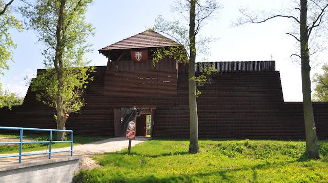 Budynek muzealny na piastowskim grodzisku w Grzybowie