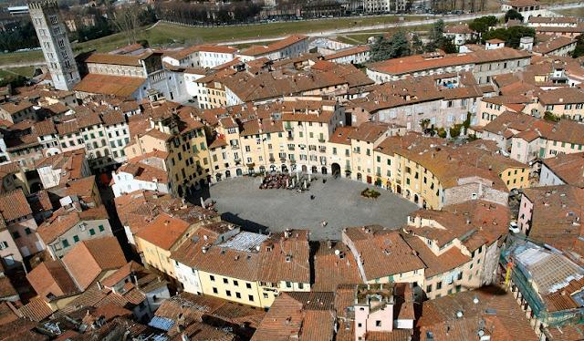 Sobre a Piazza dell'Anfiteatro em Lucca