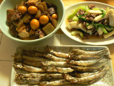 今日の夕食 鶏もつ煮込み セロリ砂肝イカ炒め シシャモ焼き