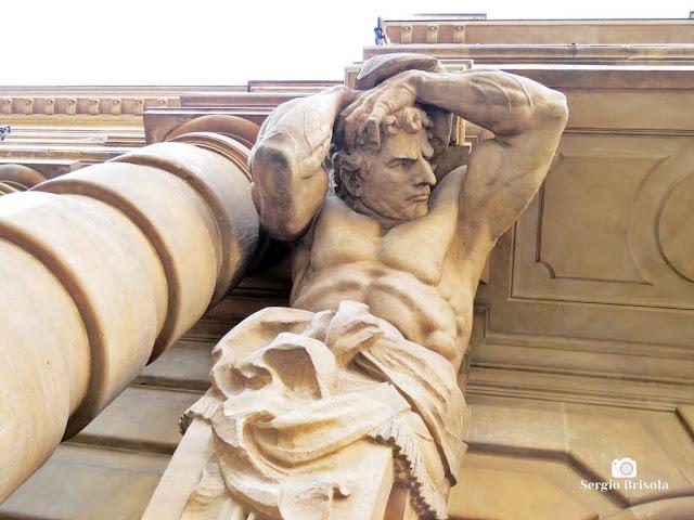 Close-up de um dos Atlantes do Teatro Municipal de São Paulo - República - São Paulo