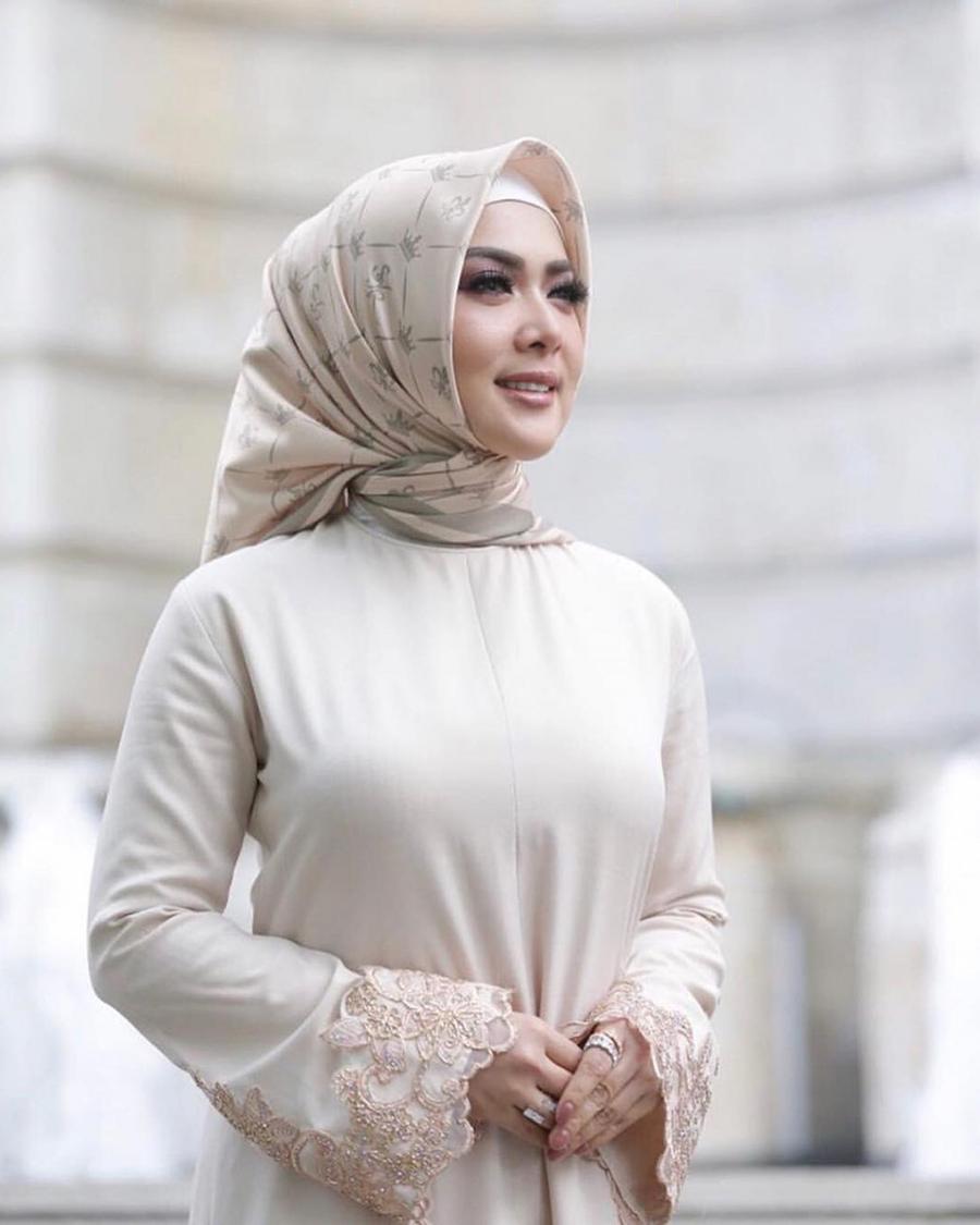 Syahrini pakai baju hijab ketat dan seksi