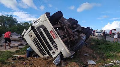 ALTO DO RODRIGUES RN-Carreta capota e uma pessoa morre na estrada do óleo em Alto do Rodrigues