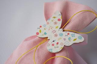 μπομπονιέρες βάπτισης για κοριτσάκι με ξύλινη πεταλούδα εκτυπωμένη με λουλουδάκι