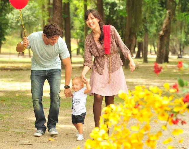 Rodrigo e manu passeando com julia