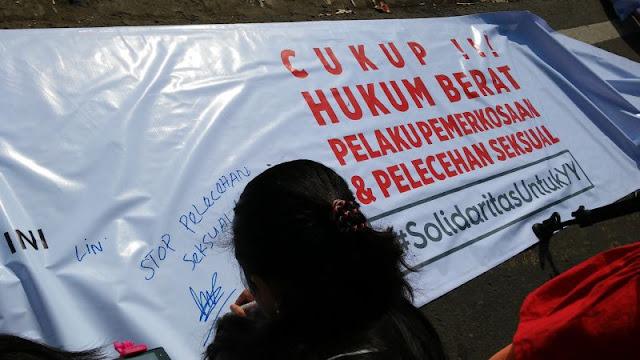 #SolidaritasUntukYY Pengunjung CFD Taburkan Ribuan Dukungan, Tuntut Pelaku Dihukum Berat.