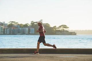 شخص يمارس رياضة الجري وهذا يفيد جدا في تخسيس البطن بسهولة