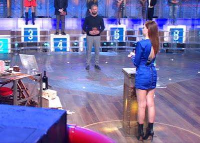 cantante Annalisa vestito Blu tubino stivaletti tacco alto i soliti ignoti 3 aprile