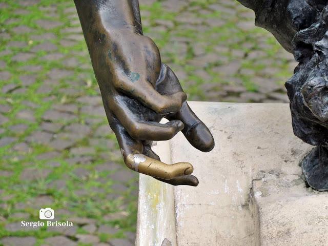 """Close-up do """"dedo da sorte"""" da Escultura Condor, mostrando o desgaste da área de um dos dedos da Obra."""