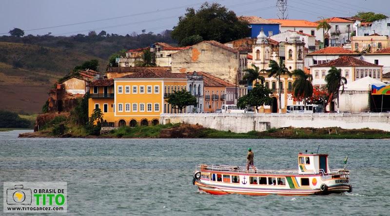 Rio São Francisco, barco e parte do Centro Histórico de Penedo, em Alagoas