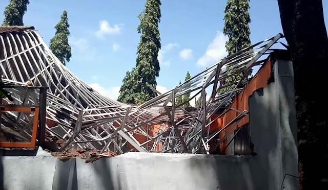 Gedung sekolah yang ambruk beberapa waktu lalu