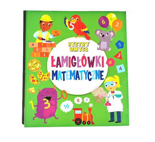 na zdjęciu książka z zieloną okładką , na środku białe koło a w nim tytuł w kolorze czerwonym i niebieskim, wokół mnóstwo szczegółów,, postaci z książki i liczby