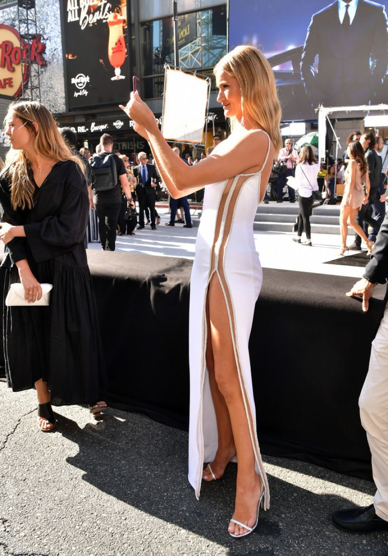 Rosie Huntington-Whiteley – Hobbs & Shaw Premiere in Hollywood