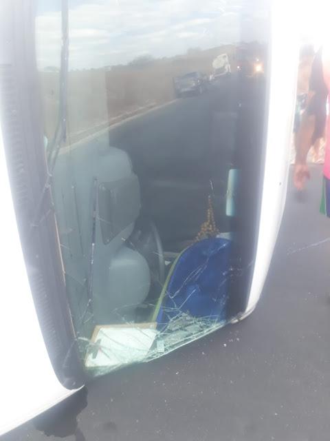 Em Pão de Açúcar, acidente com Van que presta serviços para  Secretaria de Saúde de Major Izidoro tomba e deixa pessoas levemente feridas