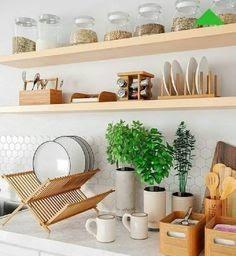 A madeira traz aconchego e conforto para qualquer cômodo e na cozinha não é diferente. Usar tábuas para guardar utensílios de cozinha e livros de receitas são boas opções para deixar o cômodo com mais personalidade, assim como os pallets, que podem ser usados para guardar frutas.