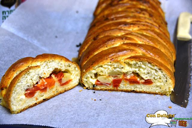לחם במילוי גבינה ועגבניות - Cheese & tomato stuffed bread