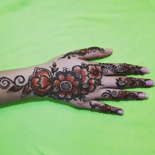 Cute-flowers-with-leaves-henna-pattern