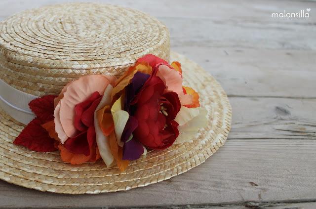 Sombrero de paja de copa baja desmontable con cinta en color crudo y flores en rojo y naranja