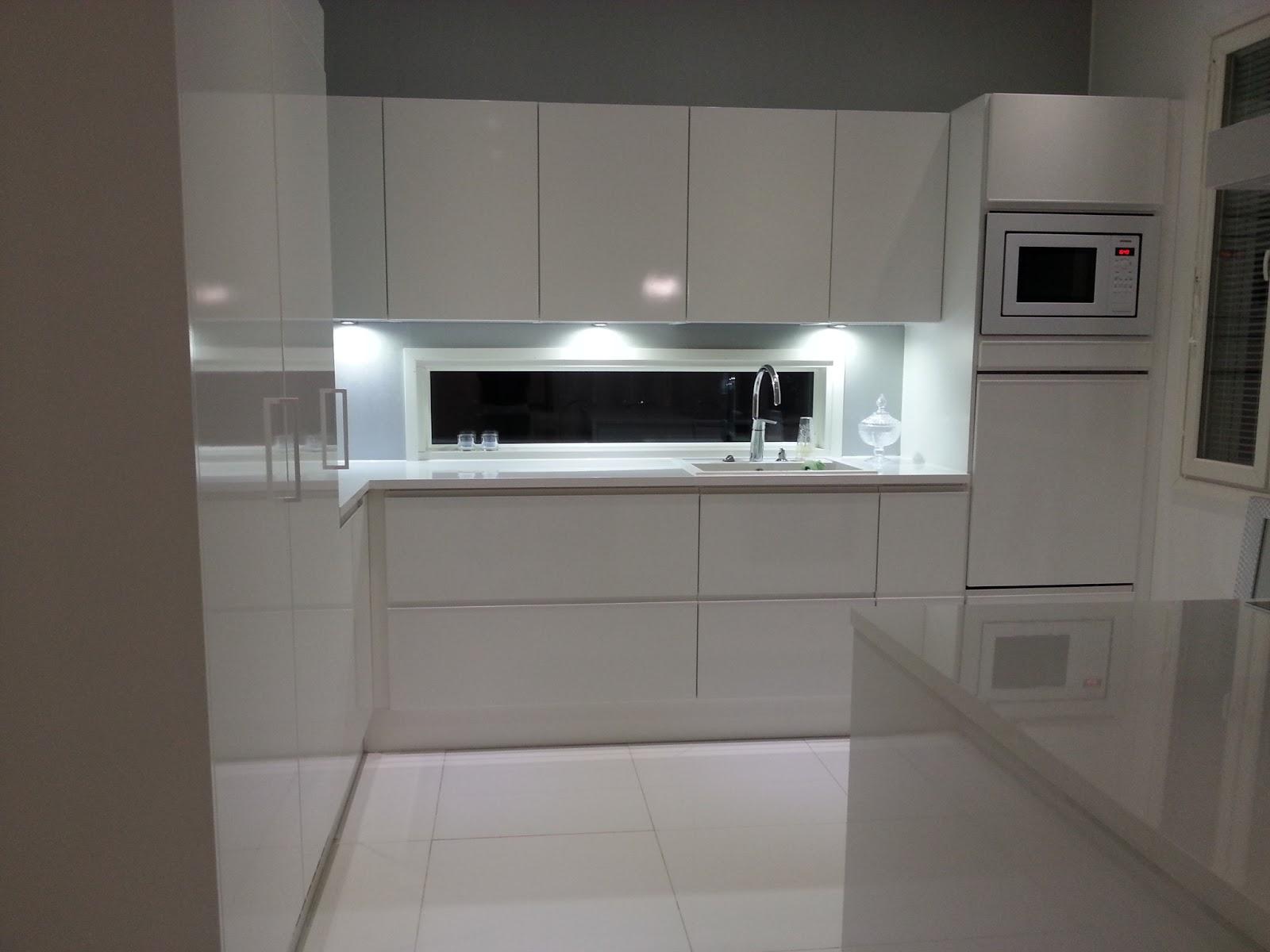 valkoinen valaisin keittiöön