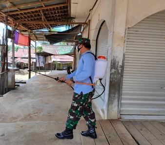Babinsa Koramil 1012-12/Tabak Kanilan Dampingi Penyemprotan Disinfektan Di Desa Binaan