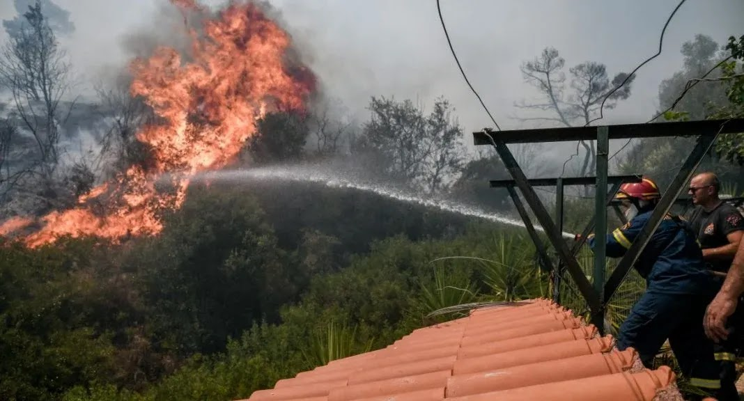 Ανεξέλεγκτη η φωτιά στην Κερατέα – Καίγονται σπίτια – Εκκενώνονται οικισμοί   (video)