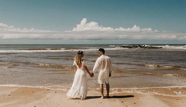 Diseños de vestidos de novia que son perfectos para tu boda en la playa