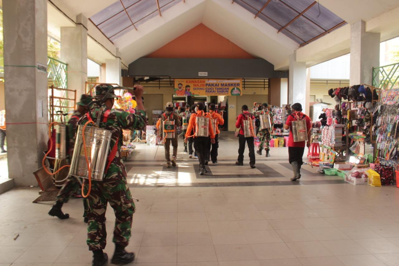 Peringati HUT ke -62 Kodam VI/Mulawarman, Kodim 0913/PPU bersama Instansi Terkait Semprot Fasilitas Umum
