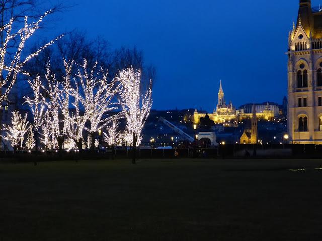 église Saint-Mathias la nuit vue du parlement Budapest Hongrie