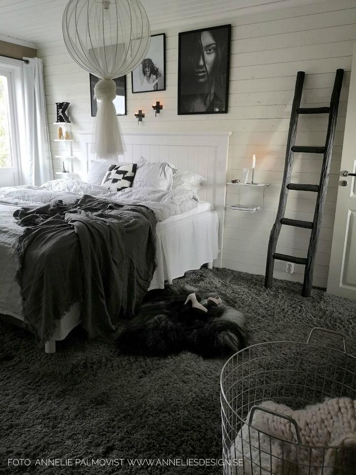 annelies design, webbutik, webbutiker, webshop, tavla, tavlor, poster, fotokonst, tavelvägg, tavelväggar, stege, sängbord, sovrum, sovrummet, fårskinn, vitt, grått, liggande panel, lampa, diy, väggljusstake, väggljusstakar, dekoration, house doctor