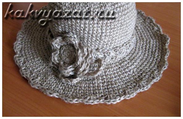 Украшение пляжной шляпы цветком, сделанным из вязаной тесьмы.