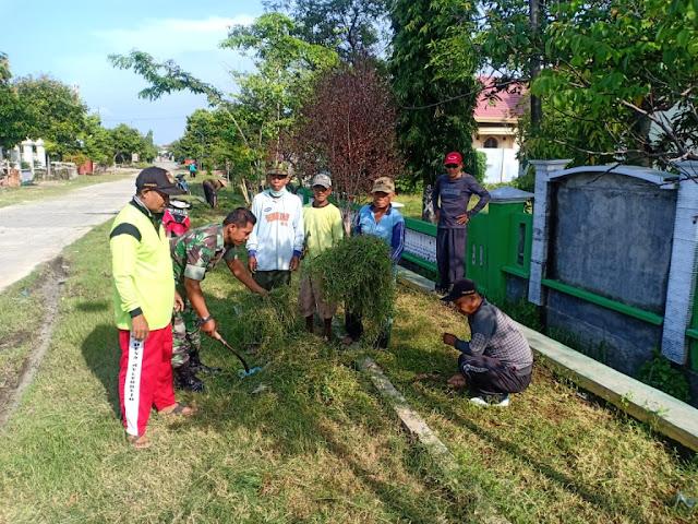 Sinergitas Babinsa Mulyorejo Bersama Perangkat Desa Bersihkan Lingkungan