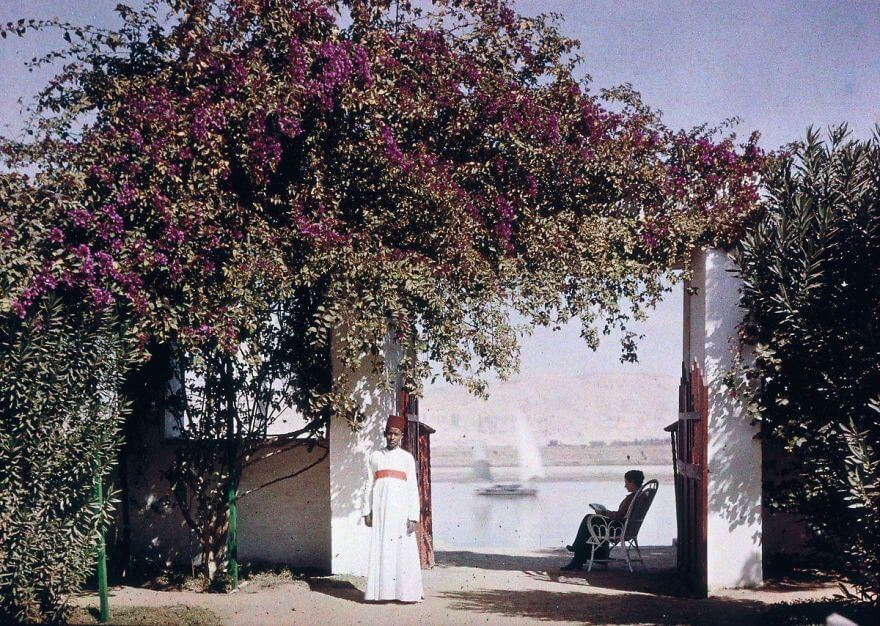 40 Old Color Pictures Show Our World A Century Ago - Else Reading By The Nile, 1920