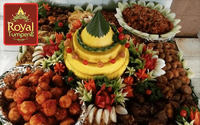 nasi tumpeng dengan berbagai lauk pauk lengkap