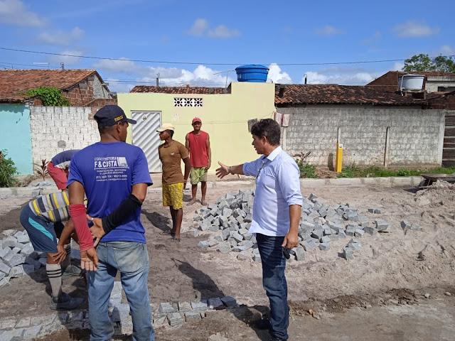 Vereador Edson da Farmácia fiscaliza obras de pavimentação